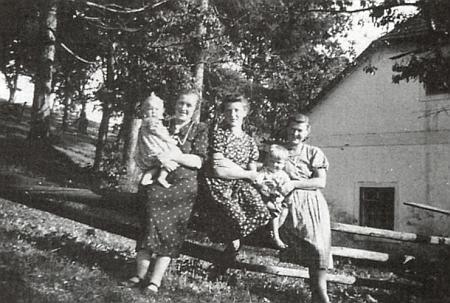 Maminka ji tu asi jedenáctiměsíční drží na ruce před rodným domem; vedle její sestry Rosa a Nandl se svým malým synkem Walterem