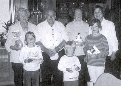 Zcela vpravo stojící ji vidíme na tomto snímku z roku 2007 s několika účastníky 49. krajanského setkání, z nichž nejmladší byla 3 vnoučata Petera Königa zproslulé vily Gratèl v Hojsově Stráži