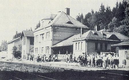 """Nádraží v Hojsově Stráži, které se dříve jmenovalo Hamry-Hojsova Stráž, poněvadž však Hamry ležely v zakázaném pásmu, bylo jejich jméno """"vynecháno"""""""