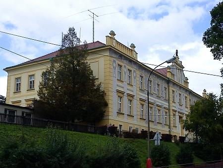 """Ulice Zlatá stezka v Prachaticích, dům čp. 240/II., zvaný """"Sova"""", původně studentský domov, který vedl, na dvou snímcích z roku 2013"""