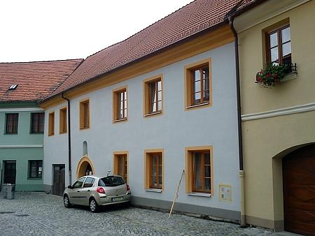 Jeho prachatický rodný dům v Dlouhé ulici čp. 83/I., kde se narodil jako starší ze dvou synů Leopolda Günthera a jeho ženy Hedwig