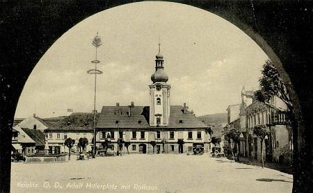 """Kaplické náměstí jako """"Adolf-Hitler-Platz"""" na pohlednici vídeňského fotografa Franze Mörtla"""
