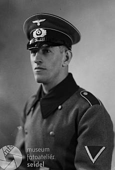 Na snímku ze Seidelova fotoateliéru z února 1940, psaného podle přepisu vdatabázi na jméno aadresu jeho bratra: Guschlbauer Alois, Buschndorf bei Satzen (správně má být Buschendorf bei Gratzen), je vuniformě takřka jistě některý z bratrů Guschelbauerových - nebude to ale nejpíš on, jde ouniformu wehrmachtu, možná opět Anton