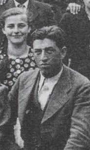 Na fotografii vpravo s ředitelem Linhardem, učitelkou ručních prací Anderleovou a žáky ve Smědči roku 1938 je zachycen jeho bratr Anton