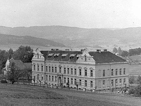 Chvalšinská škola na staré fotografii