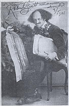 S věncem na hrob Charlotty a Herberta Masarykových na snímku z roku 1927