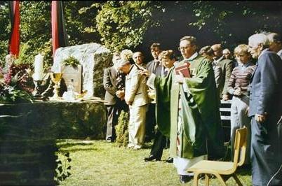 Pamětní kámen farnosti Červené Dřevo při cestě z Hofbergu do Jägershofu a jeho vysvěcení v roce 1983