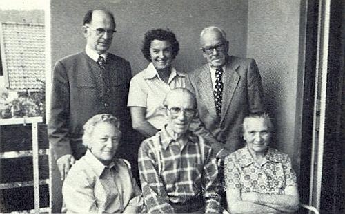 Malíř a grafik Josef Maier mezi svými krajany z Červeného Dřeva: zleva stojící Toni a Luise Haasovi,     vedle nich Heinrich Klima, dole sedící odleva Hilde Klima, Josef Maier a jeho žena Marie