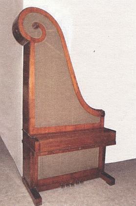 Žirafový klavír a štítek upevněný nad klaviaturou kladívkového křídla s nápisem Fried. Reiss Budweiss (ze sbírek Jihočeského muzea)