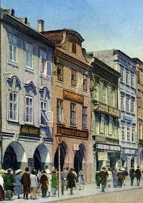 """Někdejší lékárna """"U Černého medvěda"""" na českobudějovickém náměstí na výřezu pohlednice z přelomu 19. a 20. století..."""