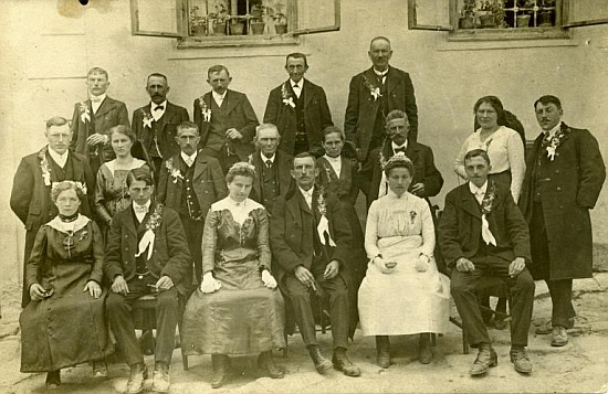 Pro ilustraci k jeho textu stará fotografie svatebčanů z Malont