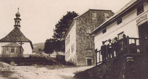 Kaple a hostinec v jeho rodných Stodůlkách na staré pohlednici