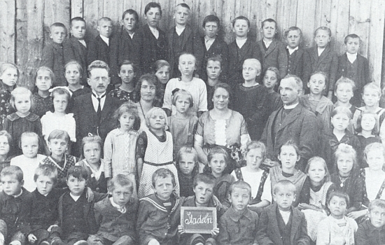 Se spolužáky ze stodůlecké dvojtřídky roku 1924 v prvé řadě třetí zprava, kus nad ním vidíme s kolárkem faráře Pia Gocknera, působícího tehdy v blízké Dobré Vodě u Hartmanic