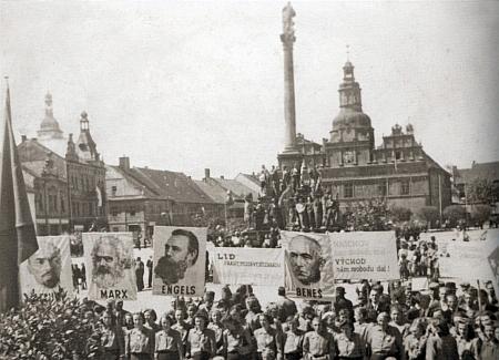 """Tohoto """"konečného řešení"""" už se dožít nestačil - rodné Stříbro, téměř už Němců zbavené, s transparenty, v roce 1946 oslavujícími pod mariánským sloupem Lenina, Marxe, Engelse a Beneše"""