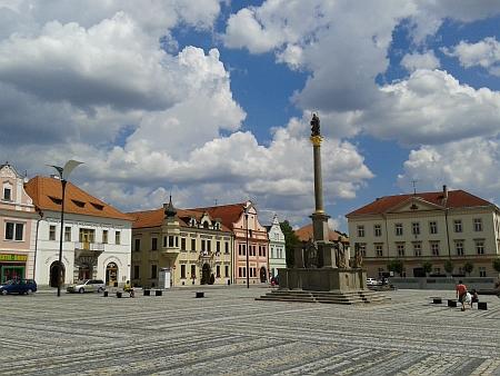 Náměstí ve Stříbře s mariánským sloupem a radnicí v roce 2014