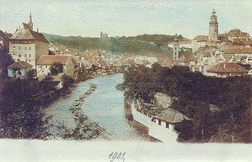 Tady vidíme proplouvat vory Českým Krumlovem na kolorované pohlednici z roku 1901