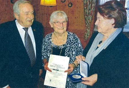Tady v prosinci roku 2016 přebírá od zástupců krajanského sdružení stříbrnou medaili za zásluhy