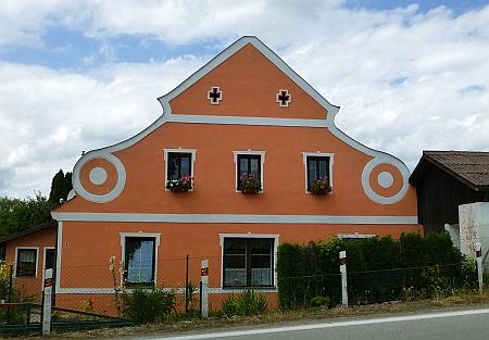 """Dům čp. 1 v Rybníku je podle Wikipedie nejjižněji položeným příkladem architektury""""selskéhobaroka"""""""