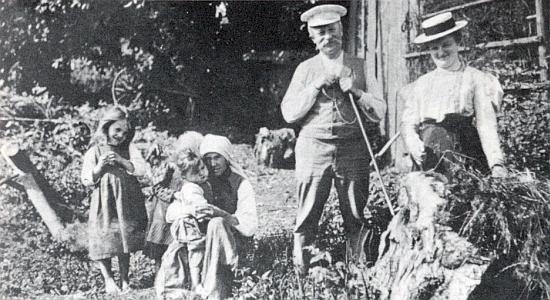 Na snímku z roku 1906, kdy jí bylo 29 let, je zachycena vpravo při výletu zNeukirchen beim Heiligen Blut - ta selská žena se třemi dětmi ke spisovatelce ajejímu průvodci jen přiskočila, aby se vešly do záběru