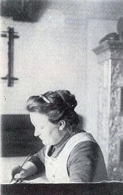 Při psaní na snímku, pořízeném někdy kolem roku 1910 jejím manželem