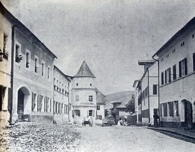 Horní náměstí v Neukirchen beim Heiligen Blut na snímku zroku 1897, vlevo uprostřed dům Rötzerových