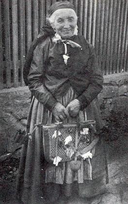 Theresa Wanningerová, řečená Pechsaber-Resl, hospodyně na Rötzerhofu a lidová zpěvačka, jak ji na snímku z roku 1931 zachytil Max Hackelsperger starší