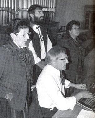Doprovází tu roku 1999 v Lindbergu na citeru pěvecký soubor Zwiesler Woidwinkelvierg'sang