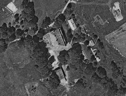 Zámek v Debrníku na leteckém snímku z roku 1959 a stejné místo v roce 2008