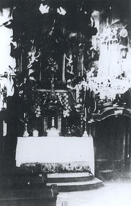 Vzácný snímek interiéru zámecké kaple vDebrníku s benátskými lustry a ostatky sv. Konstantina z Říma