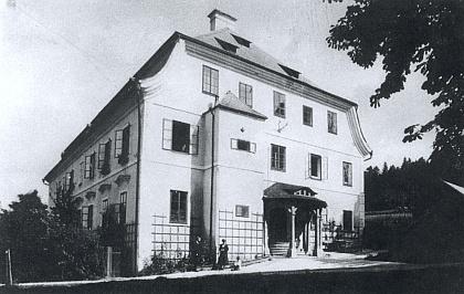 Přední fronta zámku v Debrníku, kde kdysi sídlil i hohenzollernský knížecí lesní úřad