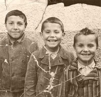 """""""Klucí Hafnerovi"""" (""""Hafnerbuam"""") na snímku z Volar roku 1938 (zleva Franz, Leopold, Adolf)..."""
