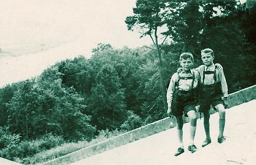 Leopold (ten nalevo) a Adolf Hafnerovi na schodišti k Walhalle u Řezna (Regensburg) někdyvroce1942