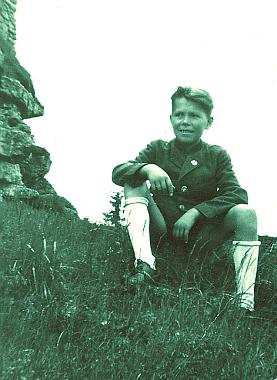 Tady je zachycen sedící v trávě při zřícenině Vítkova hrádku (Wittinghausen) asi tak roku 1943