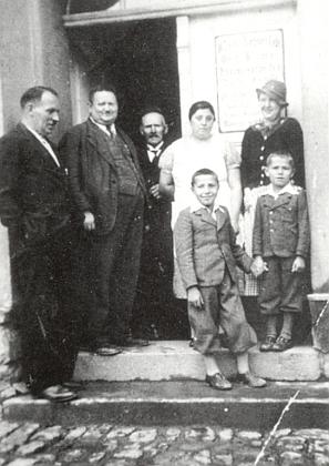 """S bratrem Franzem (oba v pumpkách) stojí tu před volarským hostincem Zur Linde, zcela vlevo otec Franz Hafner """"starší"""""""