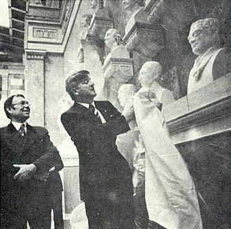 Odhalení bysty Řehoře Mendela ve Walhalle, vlevo stojí tvůrce Mendelova sochařského portrétu Leopold Hafner