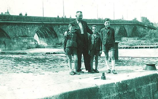 Na starém mostě v Řezně (Regensburg) roku 1942 stojí zleva Leopold Hafner, otec Franz Hafner senior (1901-1977), Adolf Hafner a zcela napravo Franz Hafner, nejstarší z bratří