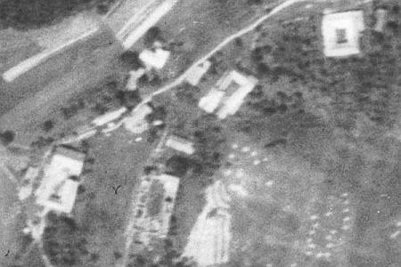 Velký Chuchelec na leteckých snímcích z let 1952 a 2011 - čp. 6 na tom novějším už chybí