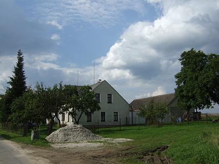 Dům čp. 43 v Novém Stavení u Desek na snímcích z roku 2014