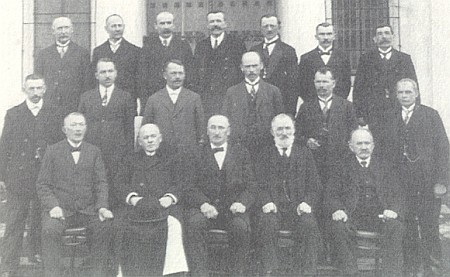 Obecní rada Rožmitálu na Šumavě kolem roku 1930: v prvé řadě sedí prvý zleva řídící učitel Zimmermann, Hildin otec