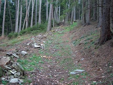 Cestou od poutní kaple k obci