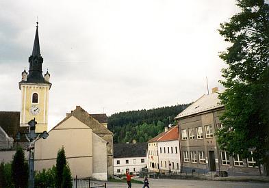 Kostel a naproti škola v Rožmitále na Šumavě, její rodný dům...