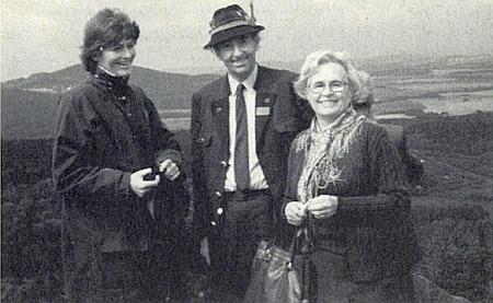 Stojí vpravo s Rudolfem hrabětem Buquoyem a jeho chotí na Mandelsteinu v roce 1986