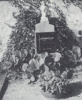 Hrob posledního německého starosty Nových Hradů Fritze Schmoze, pověšeného z oken radnice 9. května 1945, je na zdejším hřbitově zachován a udržován