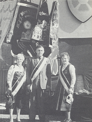 "S Beatrix a Franzem Eibensteinovými při ""Heimatkreistreffen"" roku 1987 v Ellwangen je ona ta prvá vpravo"