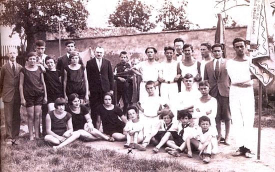Mezi členy židovského tělocvičného spolku Makabi v roce 1928 je zachycen prvý zleva jeho otec Siegfried Hahn a sedící uprostřed označen křížkem jedenáctiletý Josef