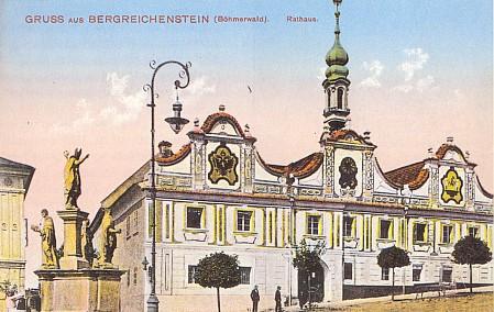 Pohlednice z dob, kdy na radnici v Kašperských Horách býval ještě vymalován dvojhlavý orel a i městský znak zářil v černi a zlatě...