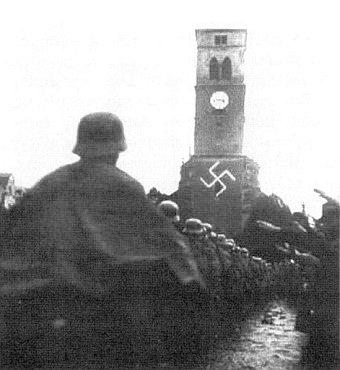 Vstup nacistických vojsk do Kašperských Hor za prudkého deště 8. října 1938 s neuvěřitelnou výzdobou kostela svaté Markéty
