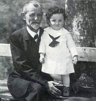 Jako dítě s dědečkem z matčiny strany, rabínem Joelem Überallem