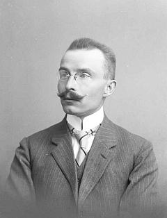 Pan učitel Hahnel na snímku ze Seidelova fotoateliéru z6.června 1918