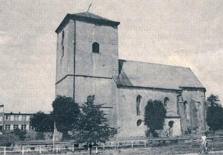 Kostel sv. Jiří v Přimdě na snímcích z roku 1920 (ještě krytý šindeli) a po bombardování v roce 1945